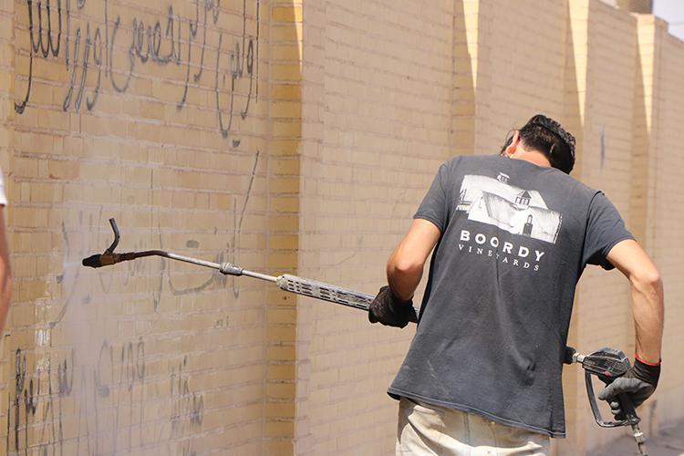 پاک سازی و رنگ آمیزی دیوار سطح شهر